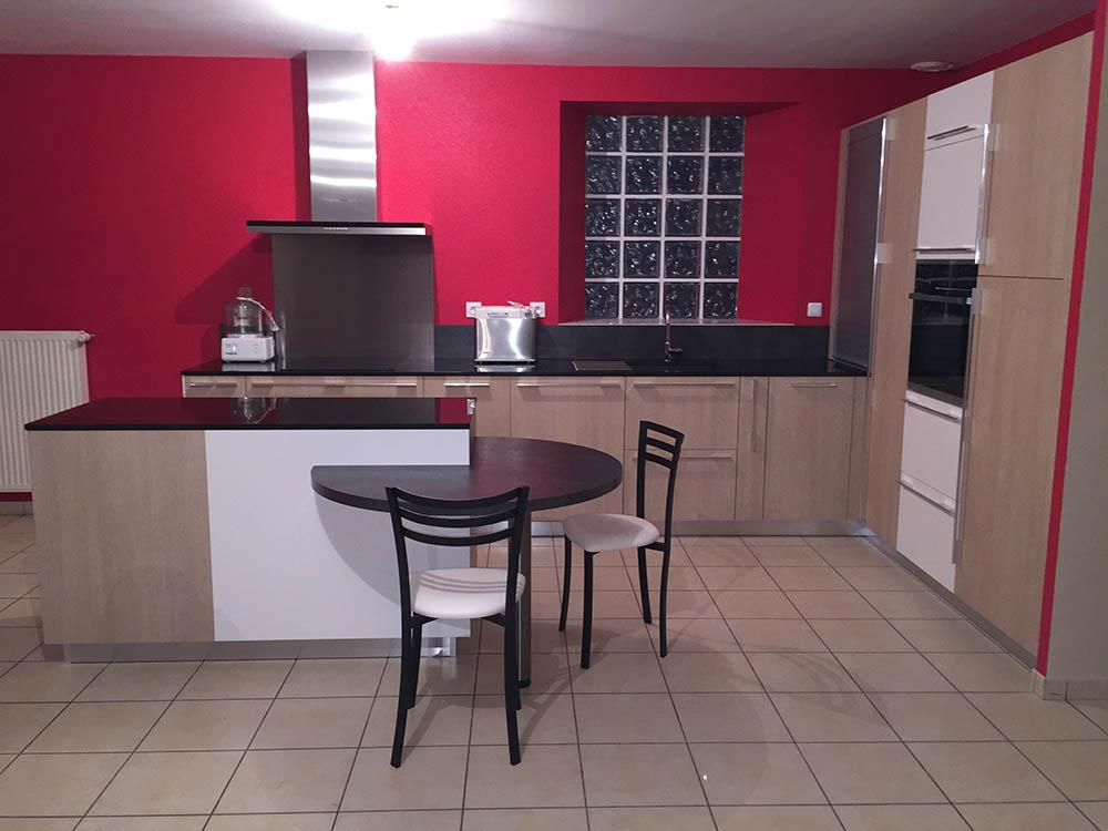 La cuisine réaménagée - ilot central, plans et grandes colonnes