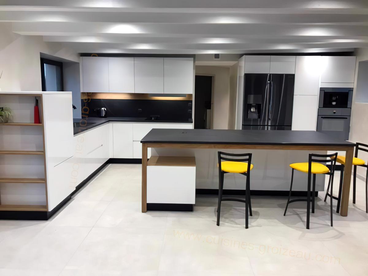 Grande cuisine ouverte sur le salon de couleur laqué blanc