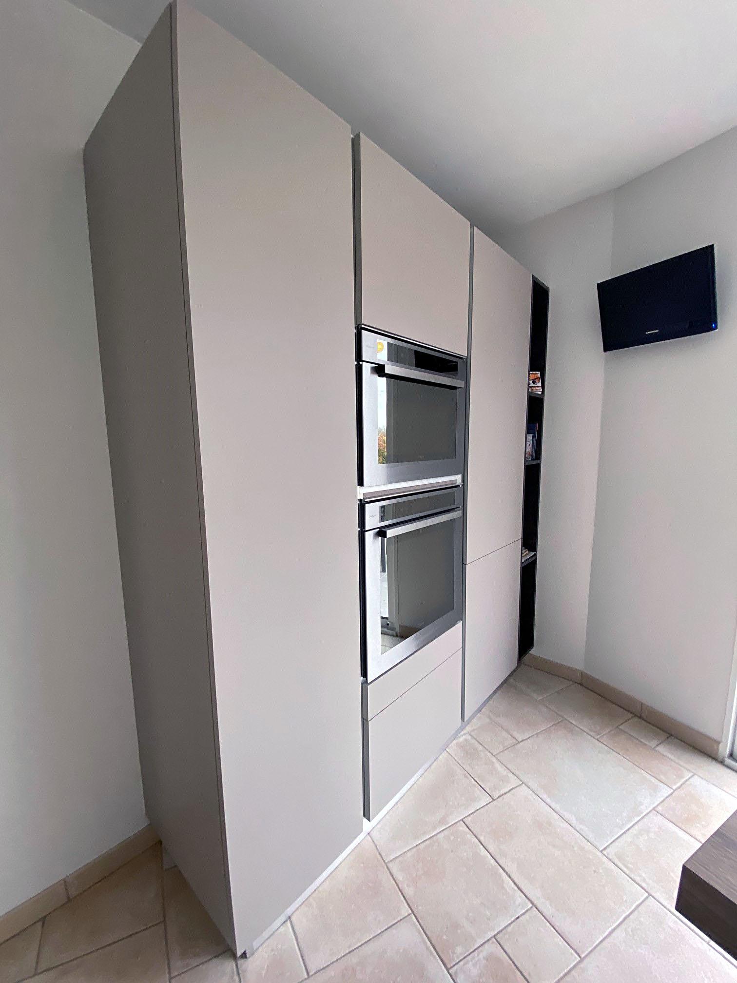 Colonne de meuble gris avec four encastrable