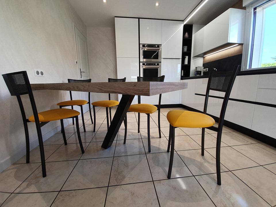 table accrochée au mur avec pied acier