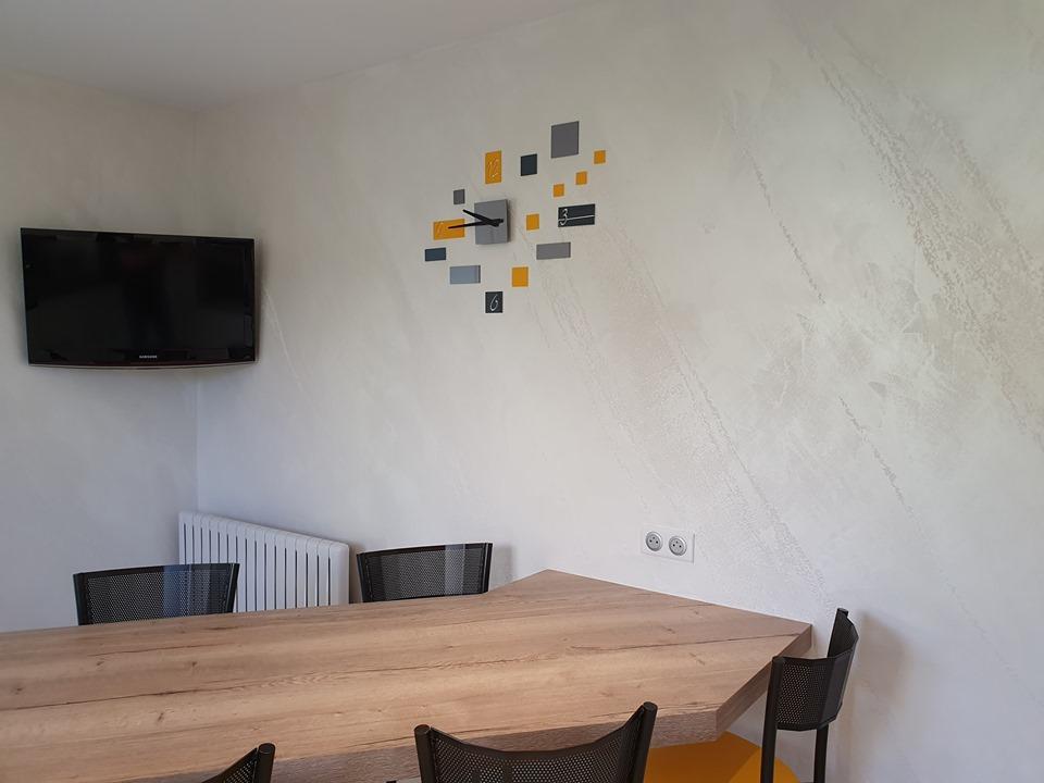 Peinture effet istinto dans cette cuisine blanche