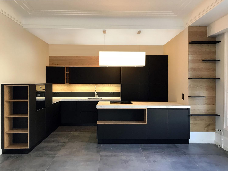 Cuisine sans poignée réalisée à la Rochelle avec des niche en bois massif à noeuds et des meubles en Fenix.