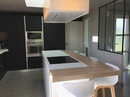 une cuisine design fenix noir avec verri re. Black Bedroom Furniture Sets. Home Design Ideas