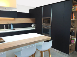 Une cuisine design fenix noir avec verri re - Delai commande cuisine ikea ...