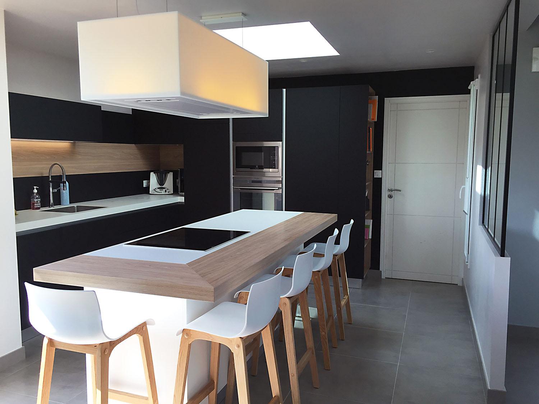 l'ilot central de la cuisine est en céramique blanche entouré de bois