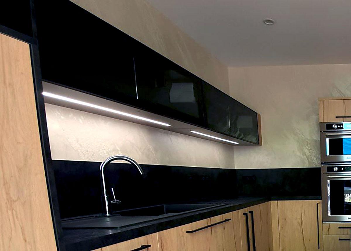 meubles hauts de cuisine avec façades en verre fumé