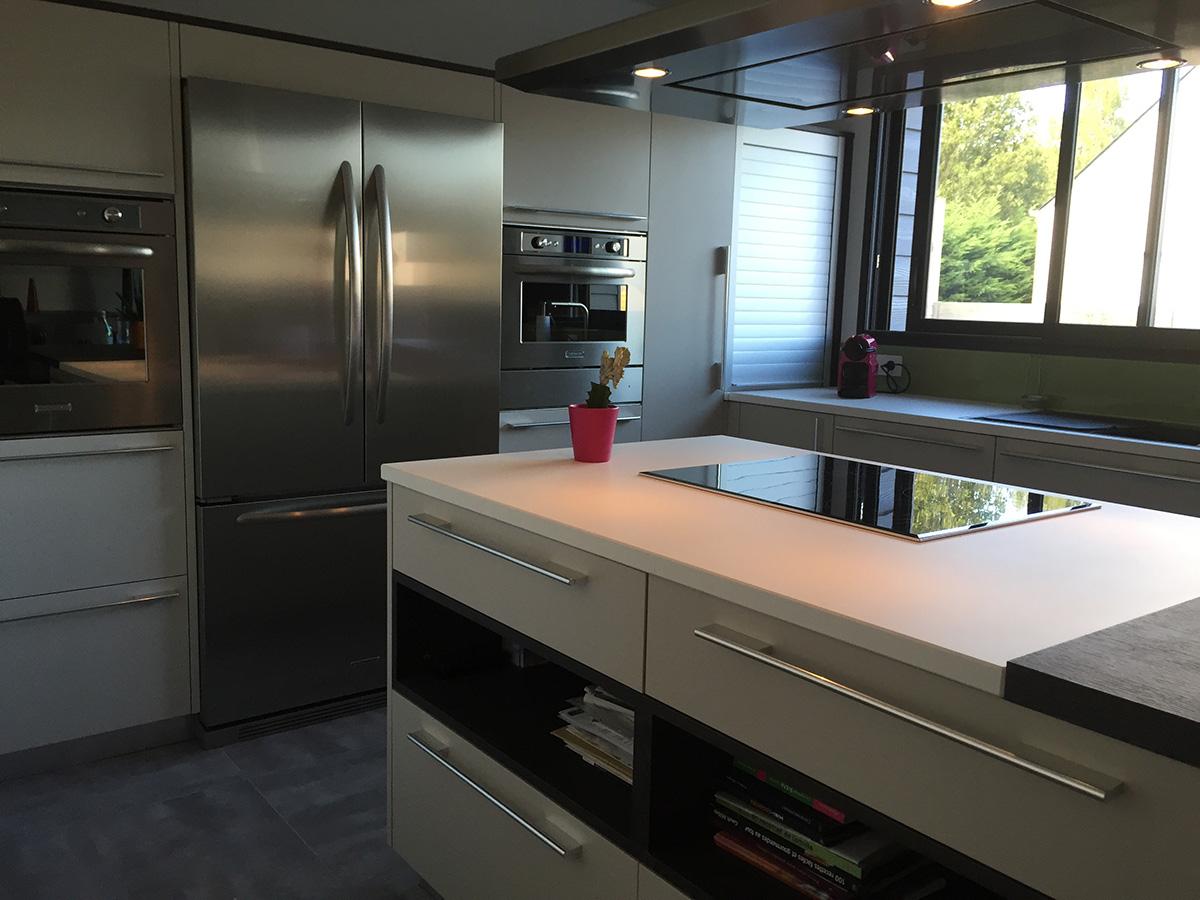 simple cuisine equipe avec ilot centrale nombreux rangements tiroirs et kitchenaid with frigo