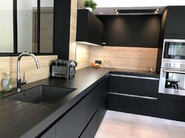 cuisine sans poign e noire mate pos e riaill. Black Bedroom Furniture Sets. Home Design Ideas