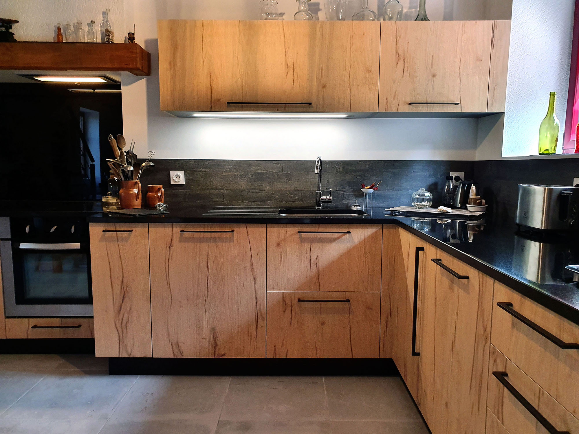 belle cuisine avec facade en stratifié imitation bois à noeuds