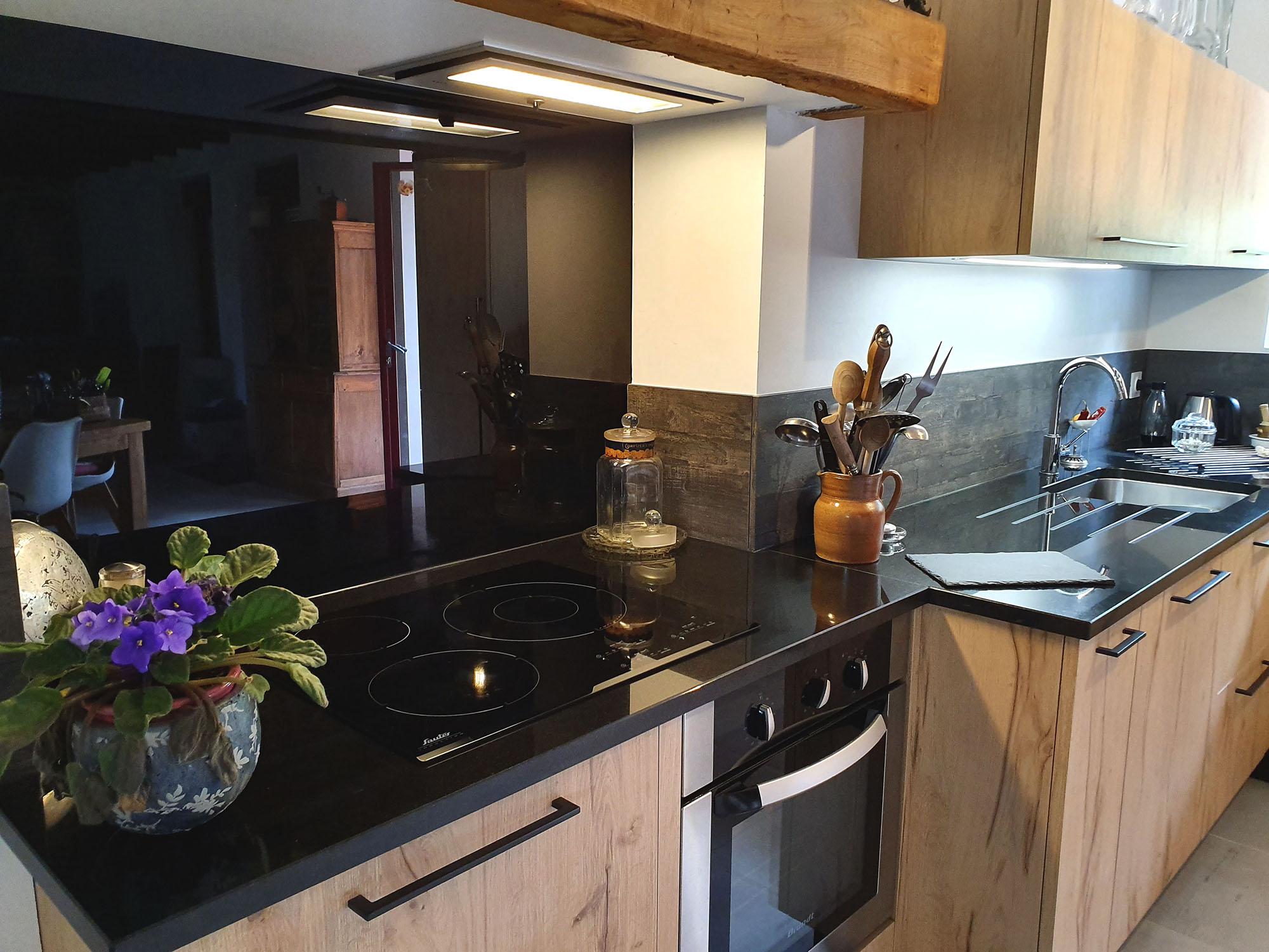 Plaque de cuisson induction 3 foyer et hotte encastrée dans le meuble haut