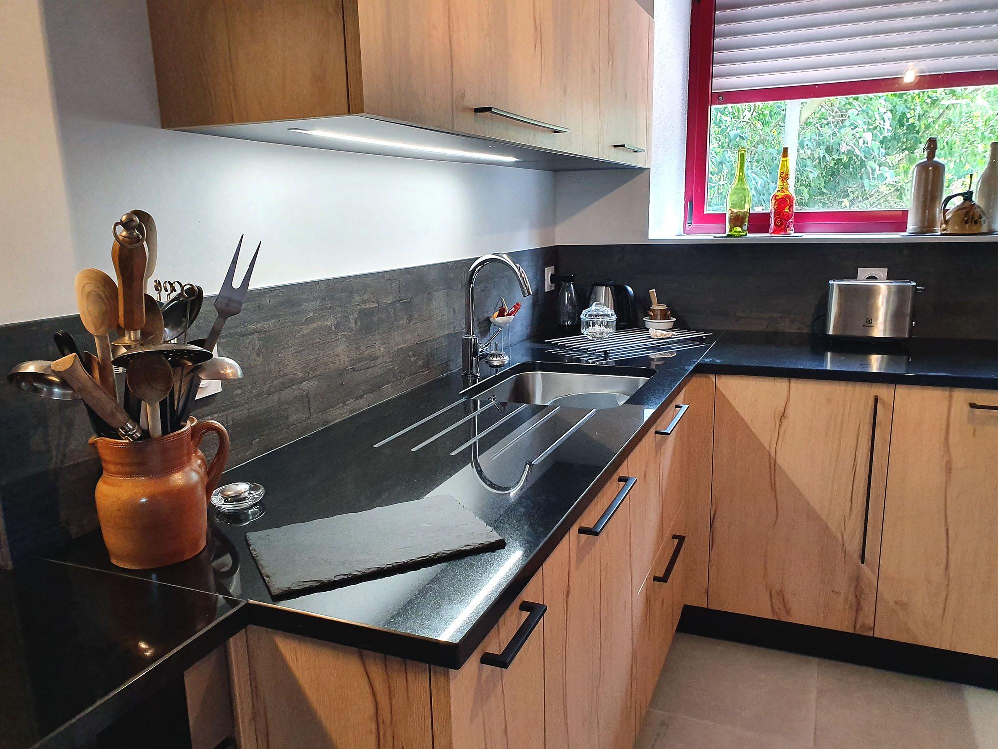 Plan de travail en granite rainuré pour l'égouttoir de la vaisselle