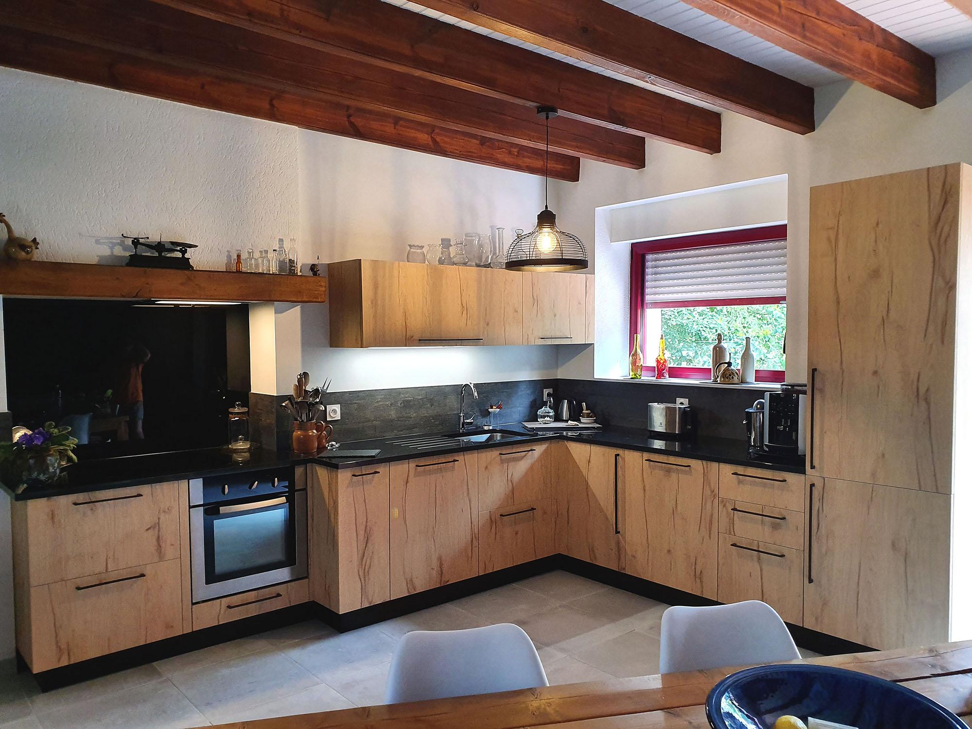 Cuisine traditionnelle en L granite et chêne