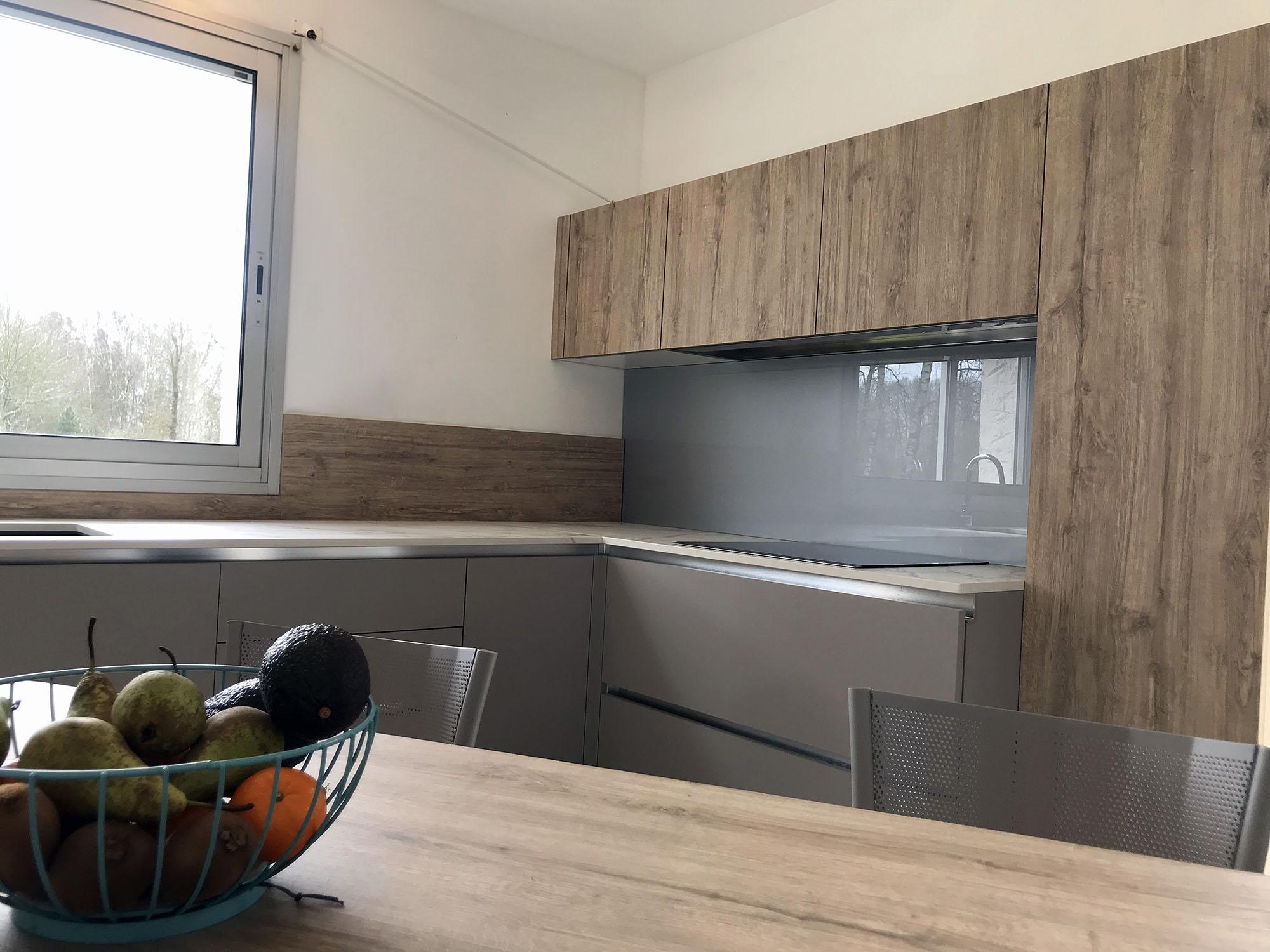 finition de la table en bois vieilli dans cette cuisine sans poignée