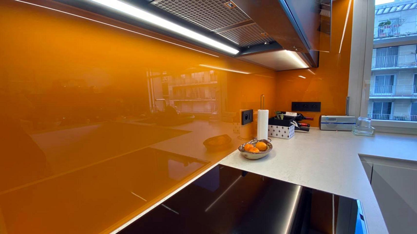 Crédence Orange et hotte novy Pro