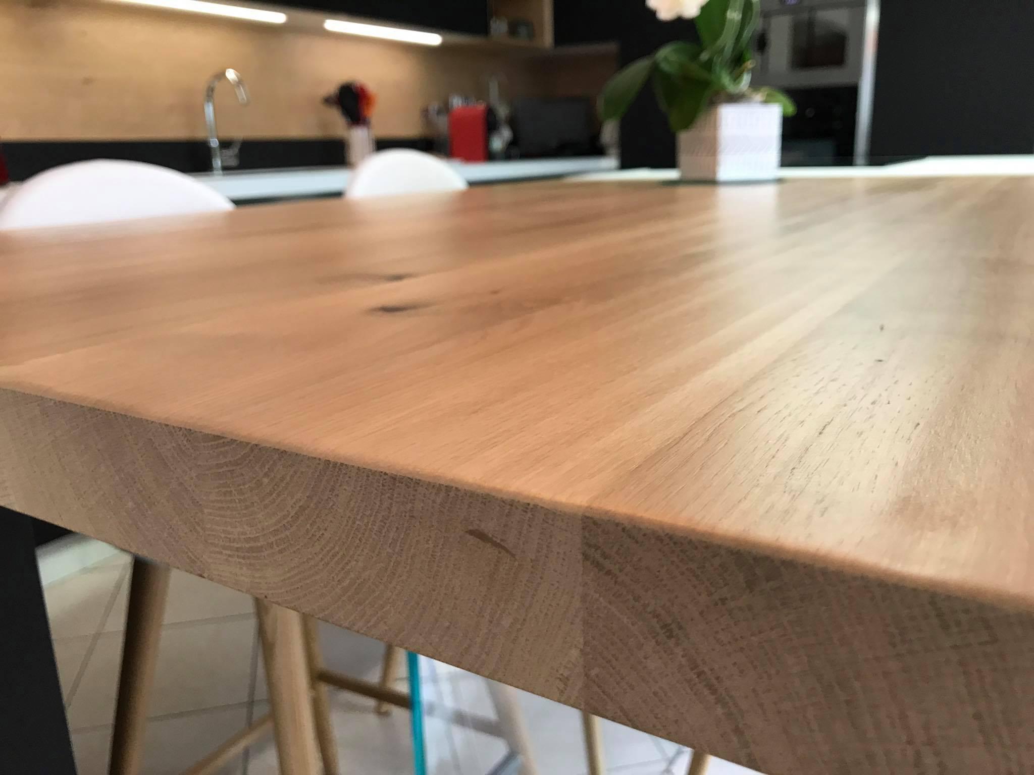 Finition de la table en chêne massif