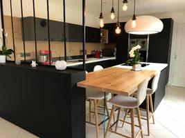 cuisine design avec hotte ilot lustre et verri re noire. Black Bedroom Furniture Sets. Home Design Ideas