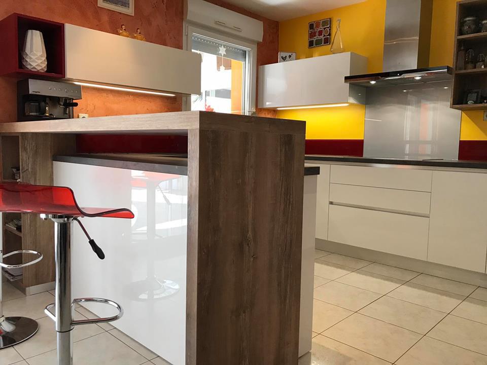 Cuisine avec bar en bois vintage et chaise haute transparante rubis