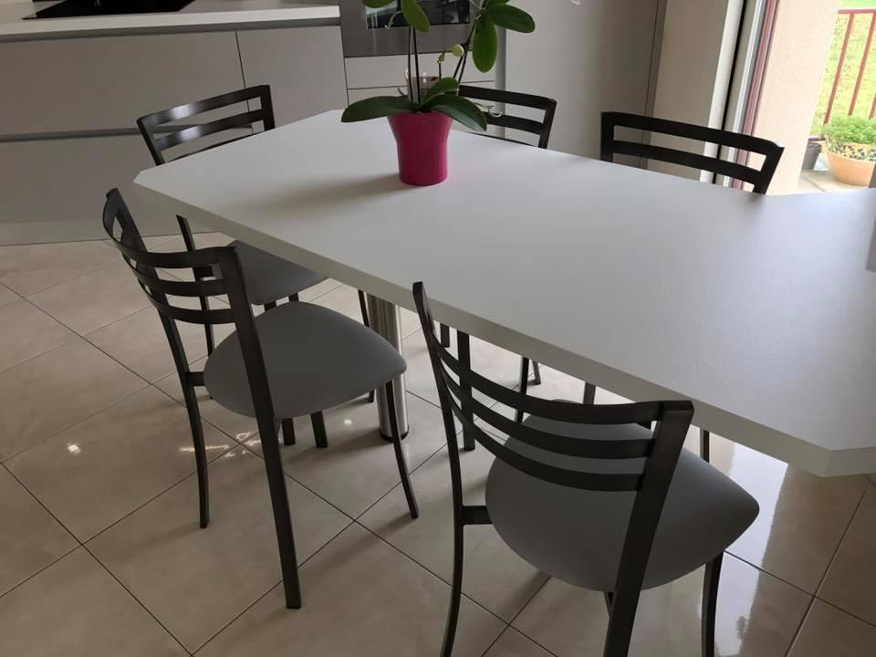 Table dejeunée dans la cuisine accrochée au mur