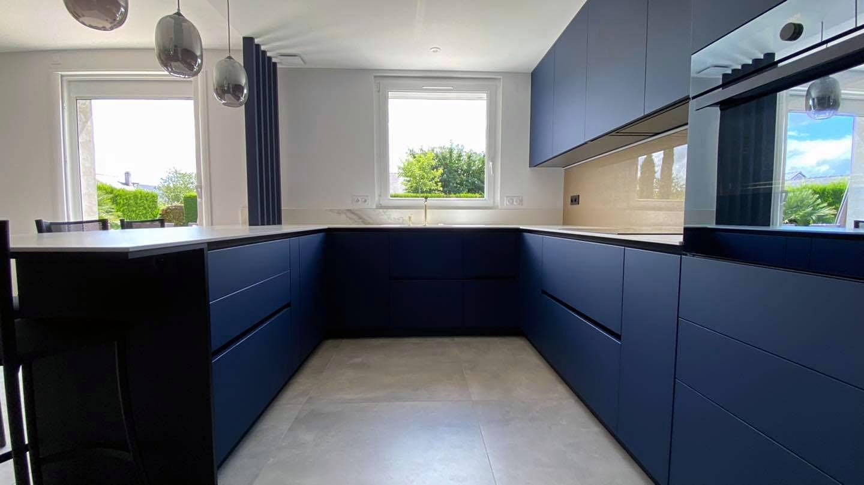 Une cuisine bleu en stratifié compact Fenix posée à Rezé