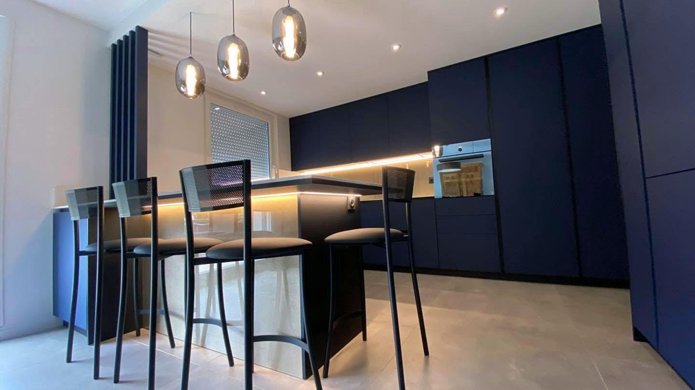 La table de cette cuisine posée à Rezé repose sur un pied fenix et finition miroir