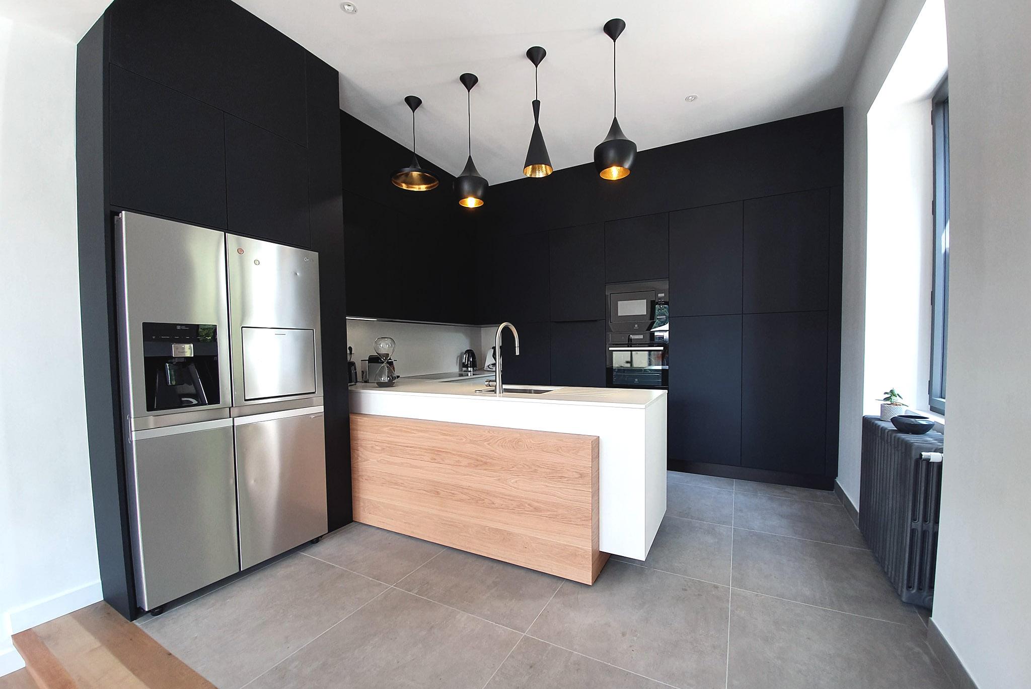 cuisine installée à sucé sur erdre avec ilot flottant et refrigerateur americain