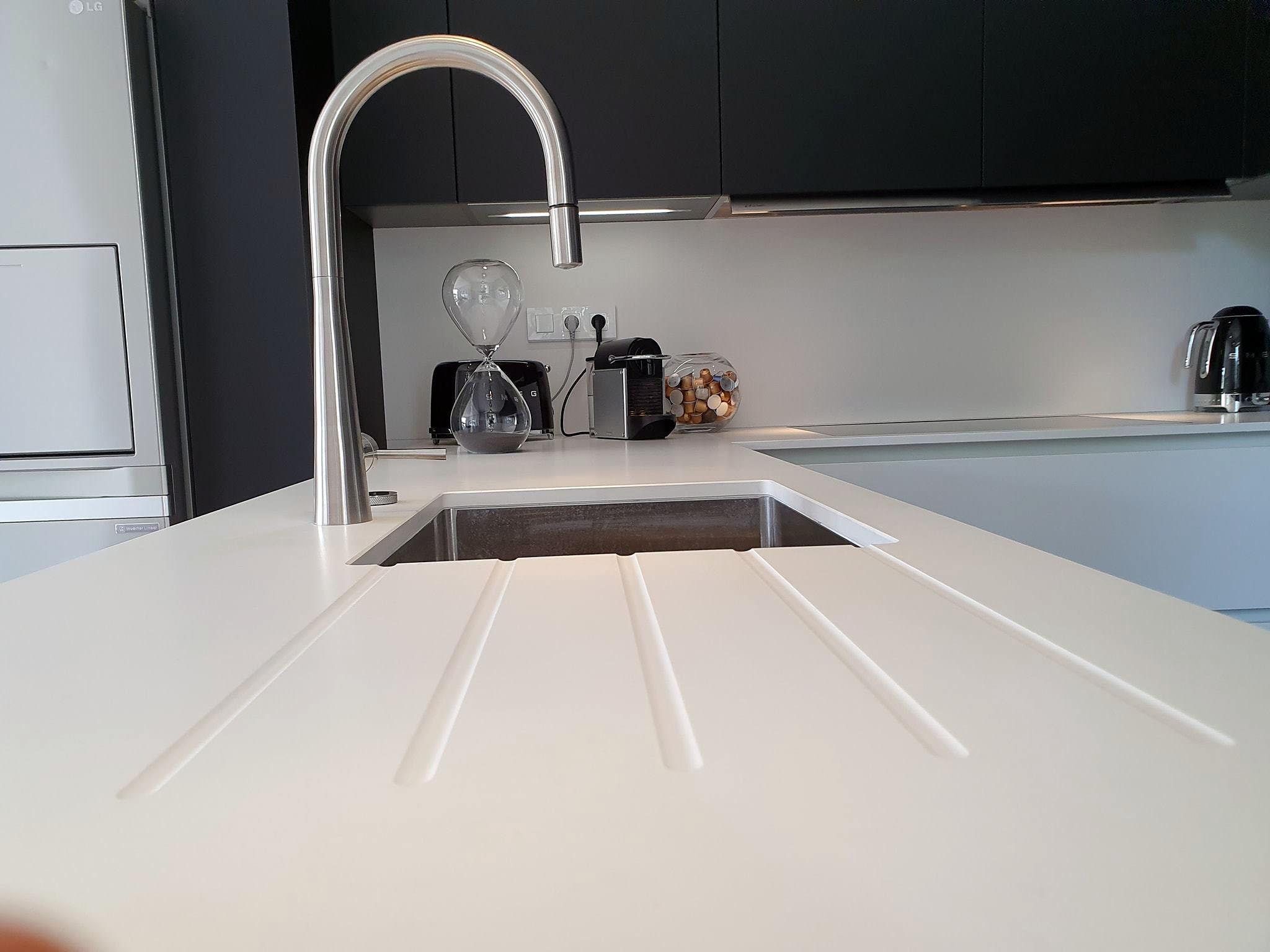 Evier sous plan installé dans la céramique blanche