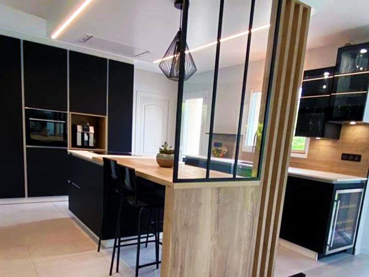 Cuisine avec grandes colonnes de meuble facades noir mat anti-trace