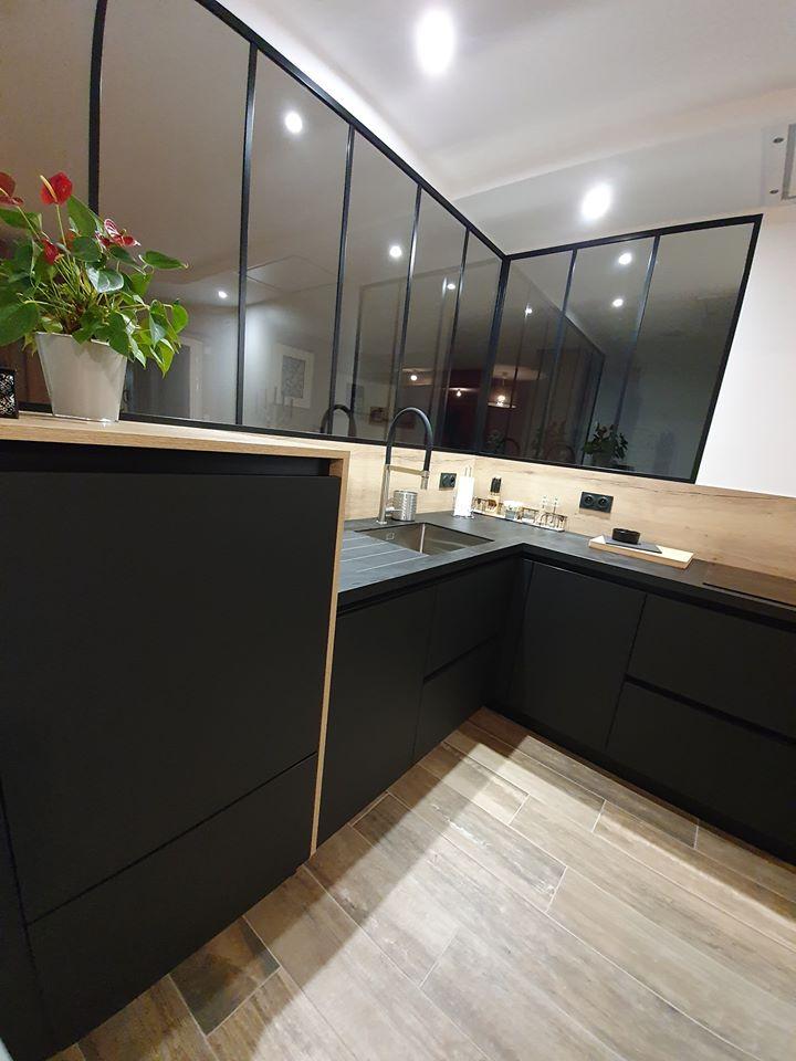 Lave-vaisselle  placé en hauteur avec facade fenix noir mat