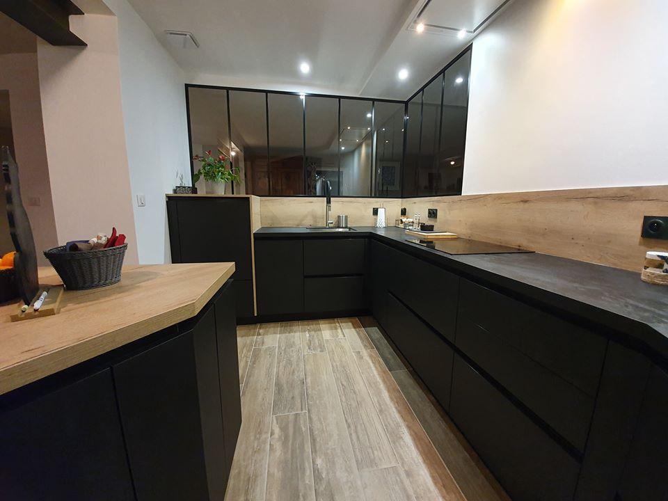 Meubles de cuisine en Fenix noir mat, plan de travail stratifié compact,