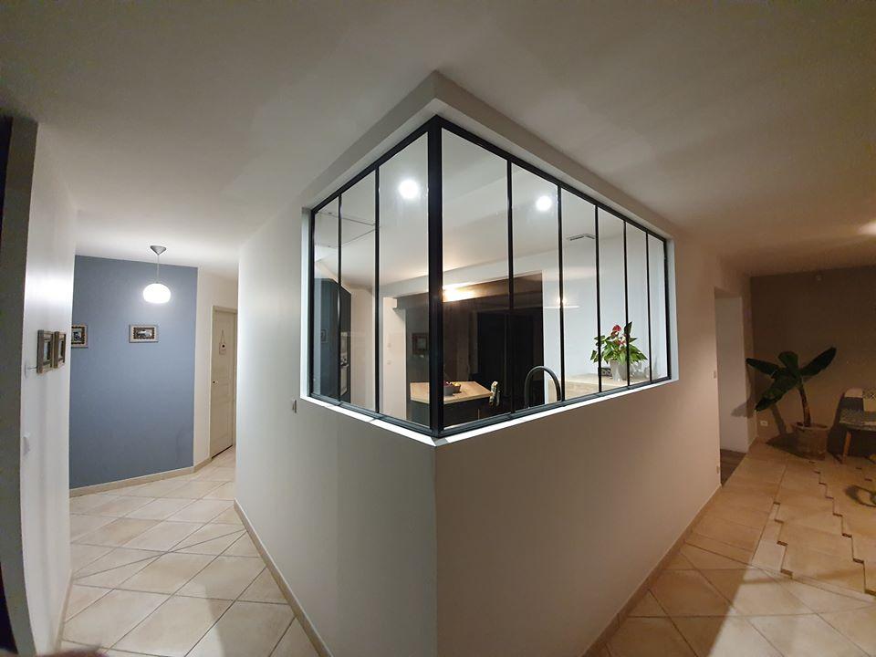 Verrière en angle pour une cuisine au centre de la pièce
