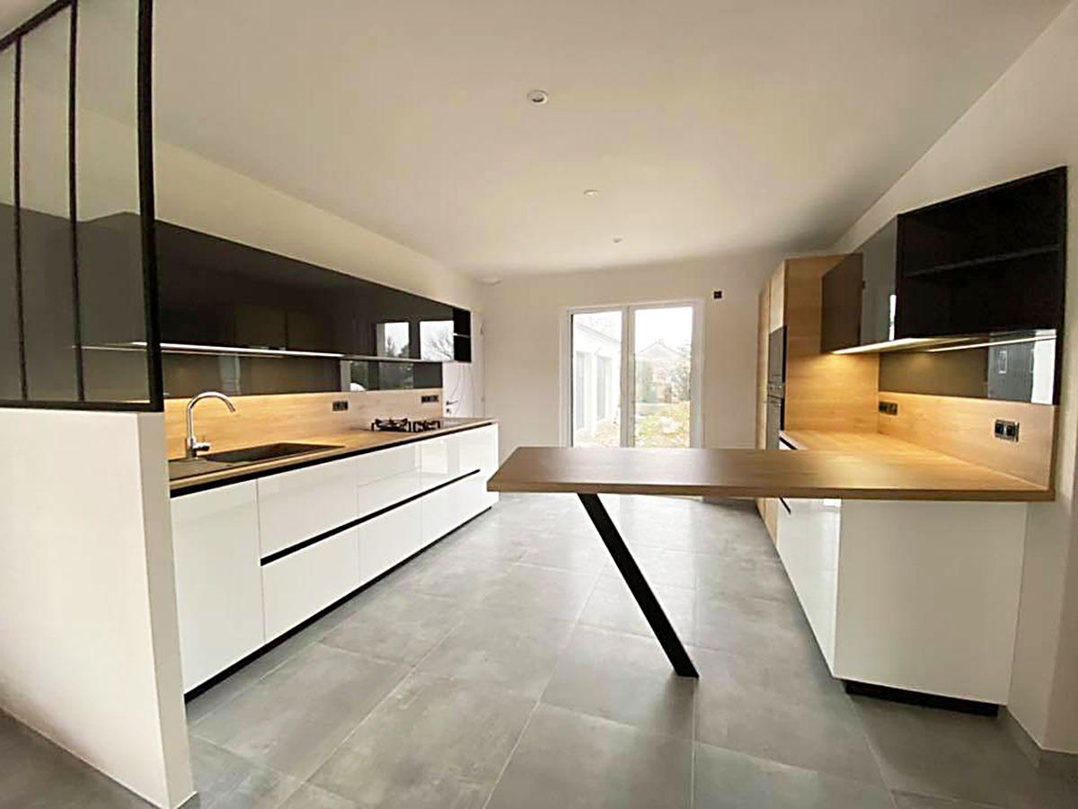 Rénovation de cuisine a ancenis avec verrière et table haute