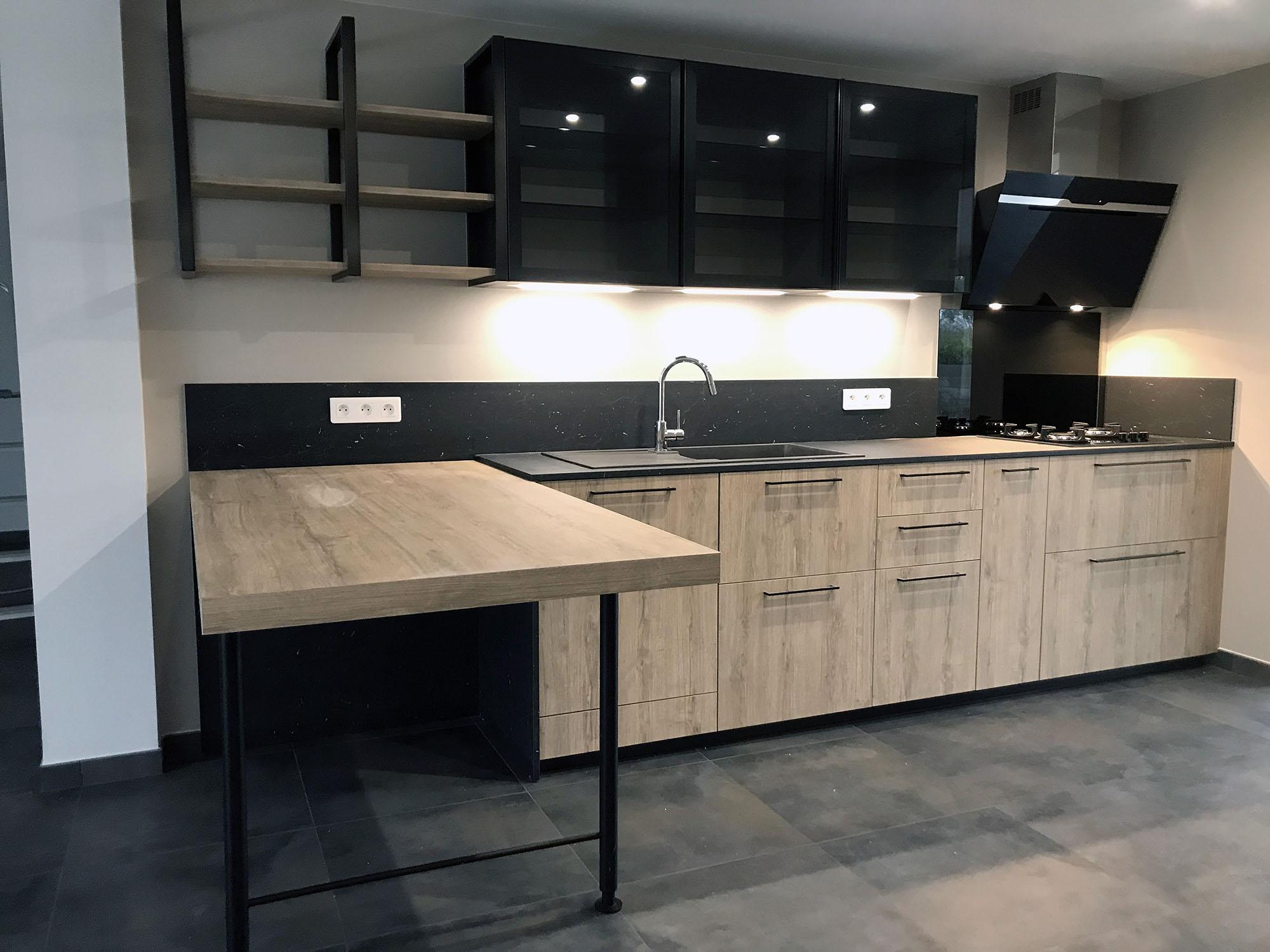 Table en épi dans cette cuisine avec de fines poignées