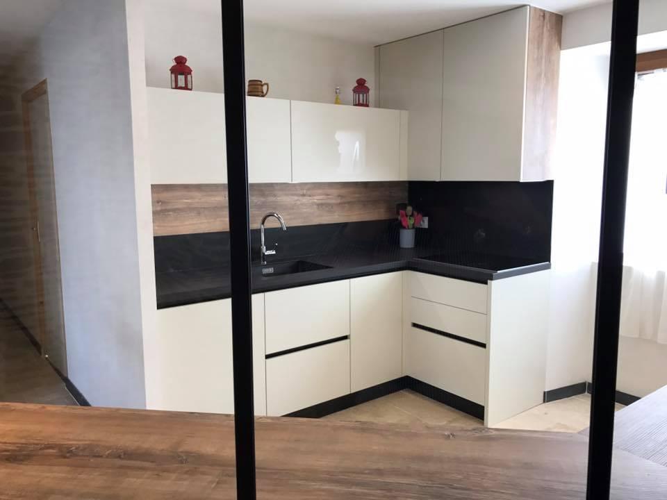 Ensemble de meubles de cuisine laqués blanc avec tiroirs et meubles hauts équipés de LEDs