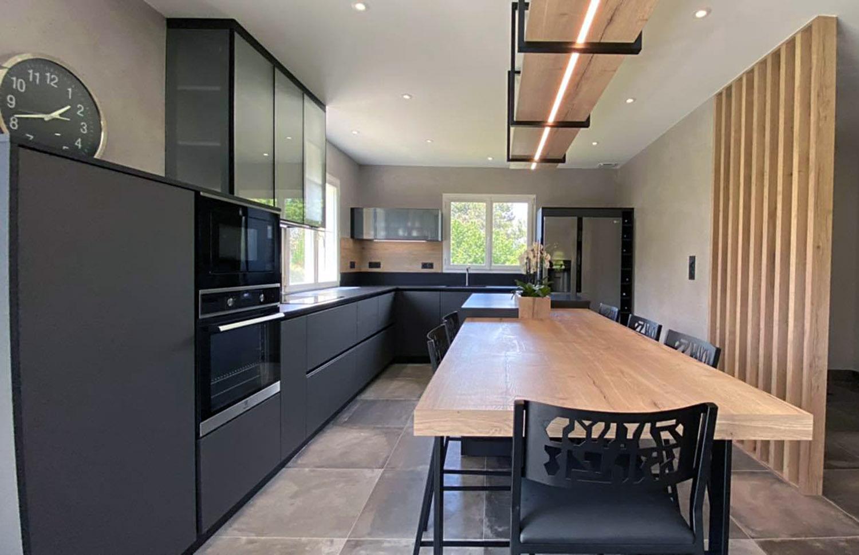 meuble de cuisine à mi hauteur avec meuble haut cheminée verrière qui s'ouvre.