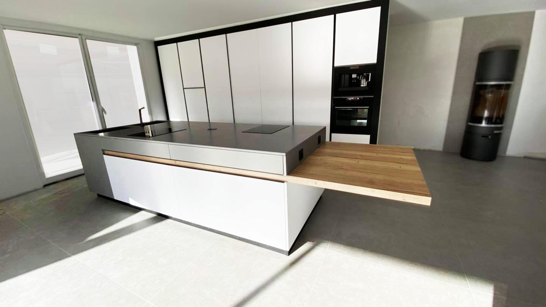 Création d'une cuisine avec un ilot intégrant une table en chêne incrustée