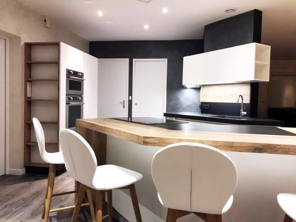 Meuble de cuisine avec niche ouverte et meubles hauts
