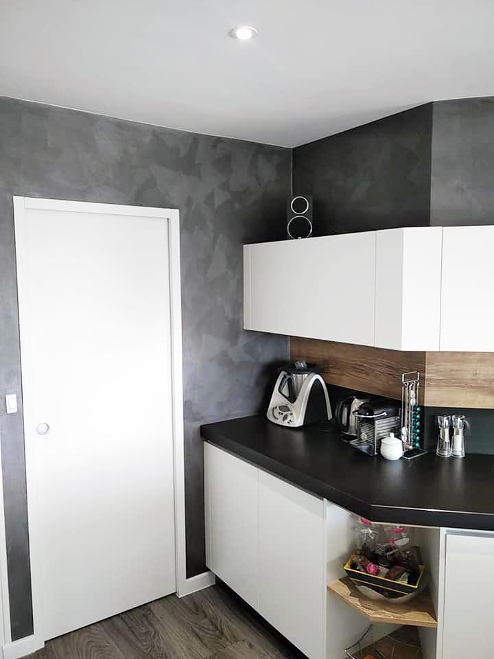 meubles hauts de cuisines blanc avec mur effet Stucco