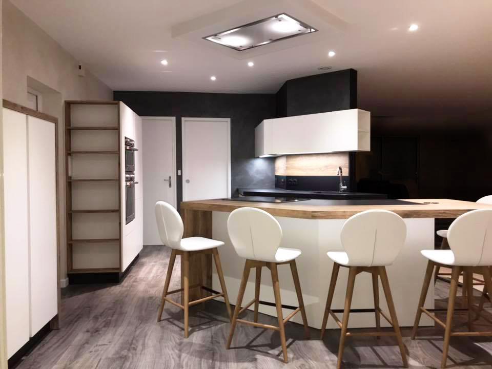 grande cuisine blanche avec plancher bois foncé