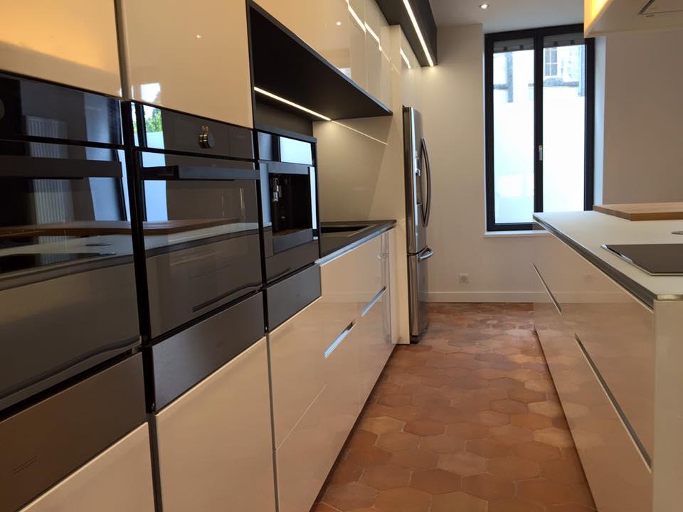 Alignement de fours Vzug  et tiroir vzug dans cette cuisine haut de gamme