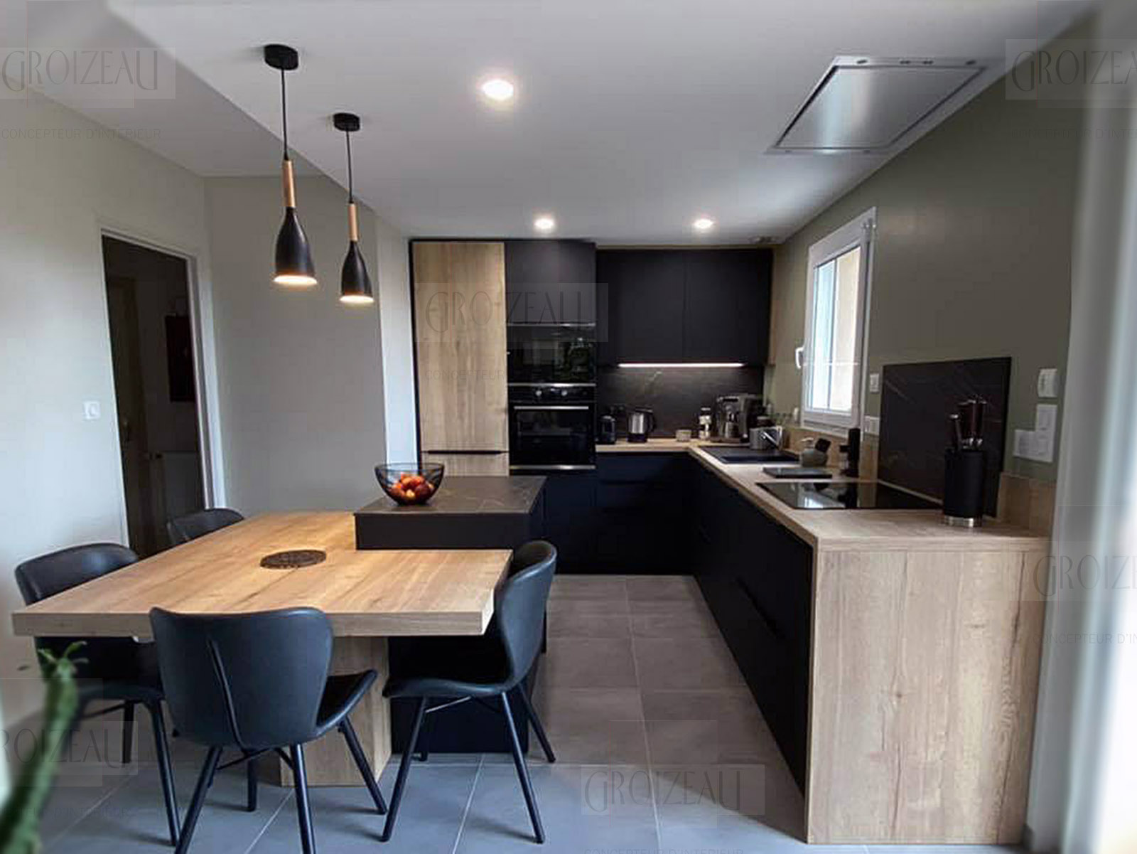 Cuisine en chêne avec façades noir mat et ilo Dekton avec table emboutie