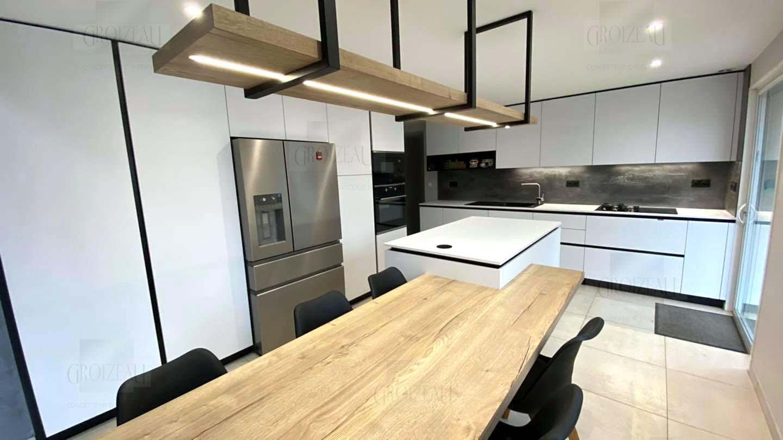 Ilot central avec table chene et plan de travail ceramique, lustre led bois et acier