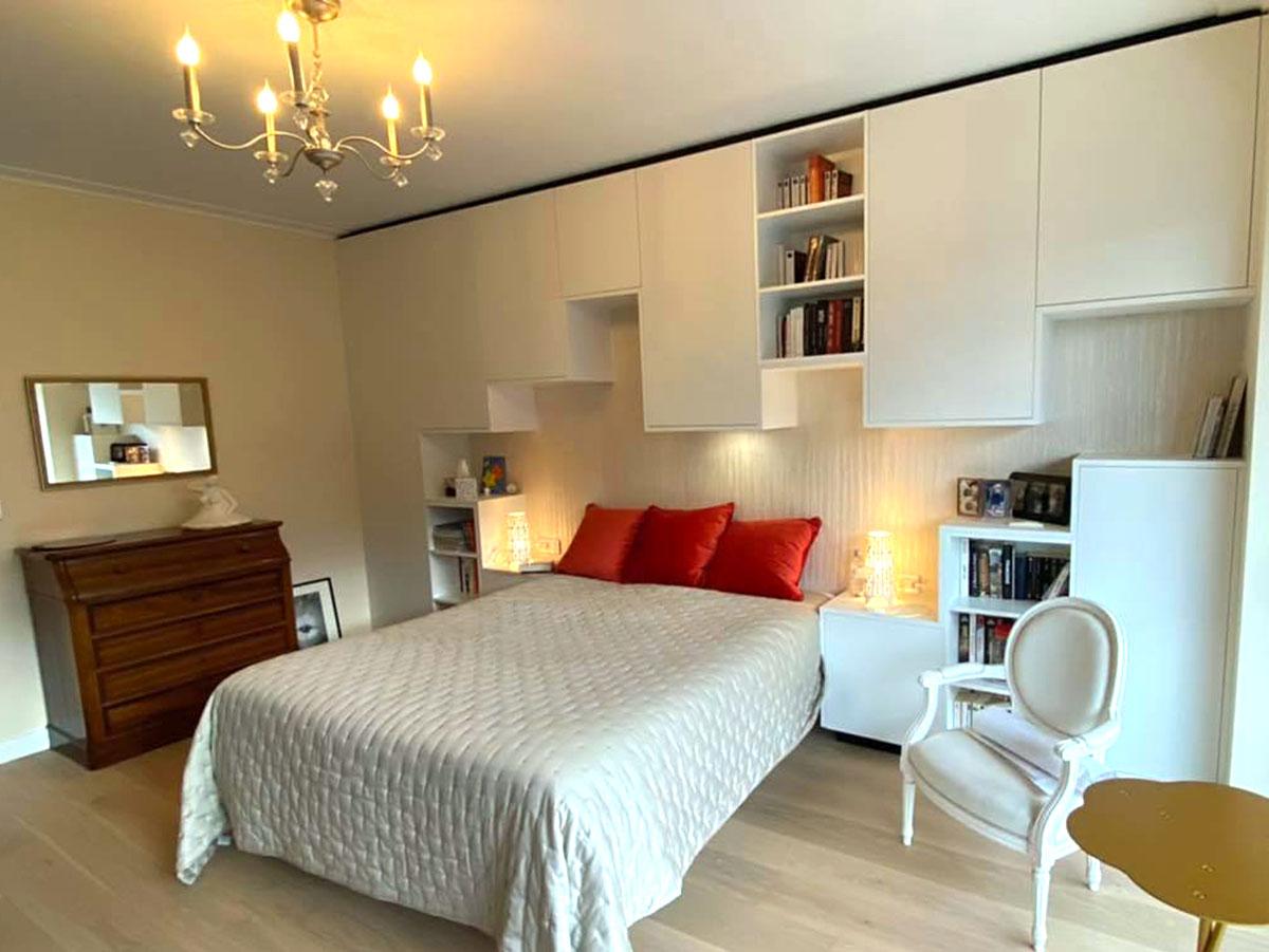 Chambre avec grand meuble en tete de lit