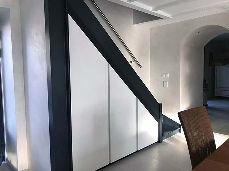 placards sous escalier laqué blancs