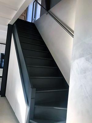 Escalier noir avec placards blanc