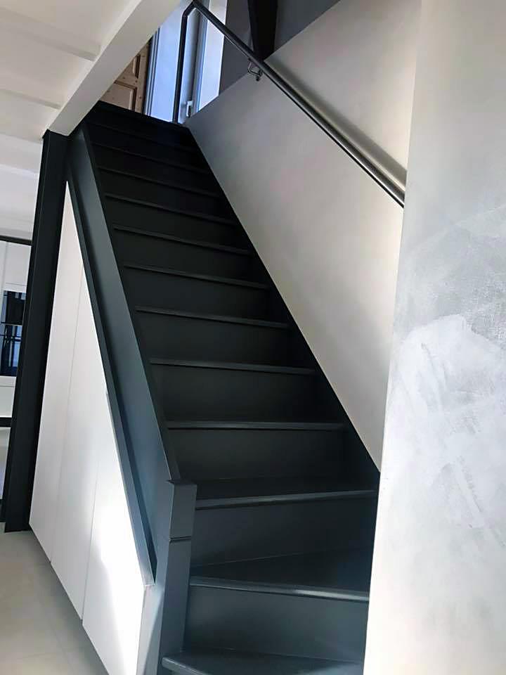 Escalier marches et contremarches noires