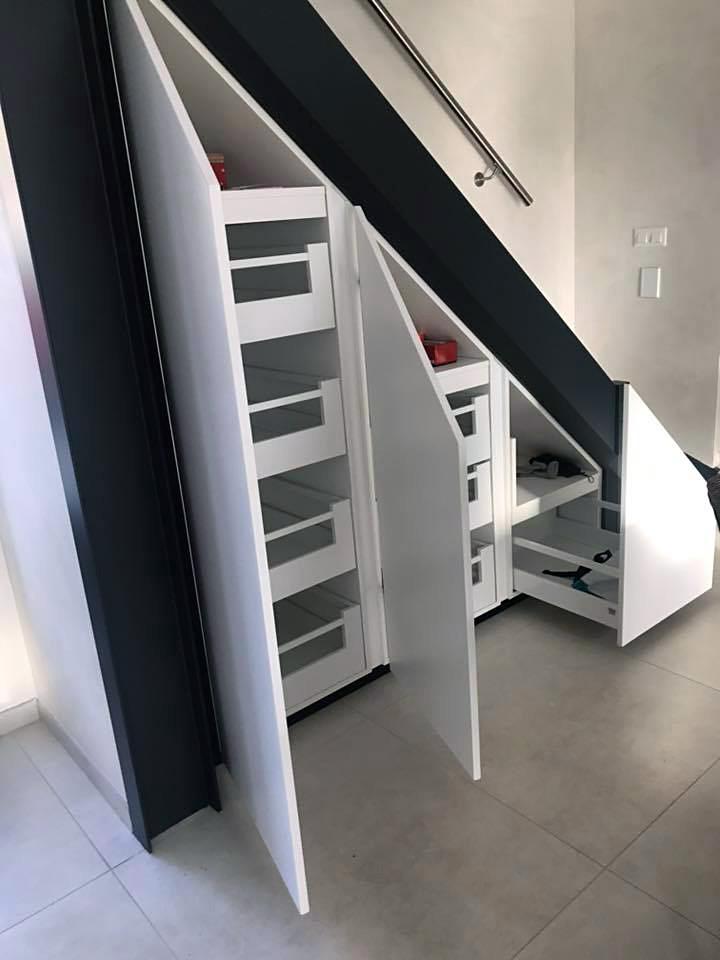 Placards avec tiroirs intégrés sous escalier