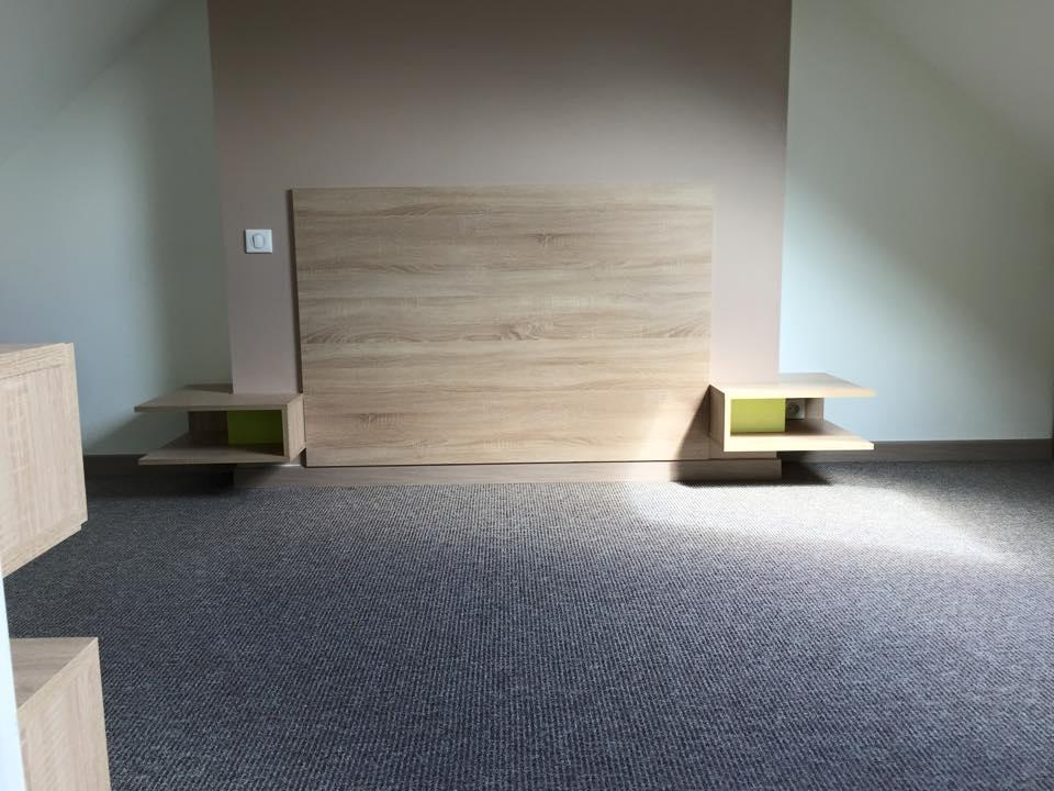 Rénovation d'une chambre dans les combles avec aménagement de placards sous rampant et tete de lit en finition chêne
