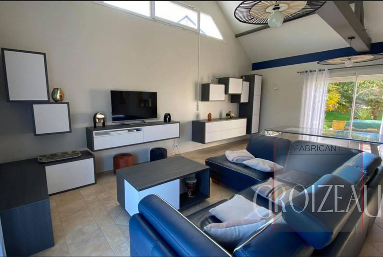 Grand salon sur mesure avec une belle composition murale de meubles suspendus