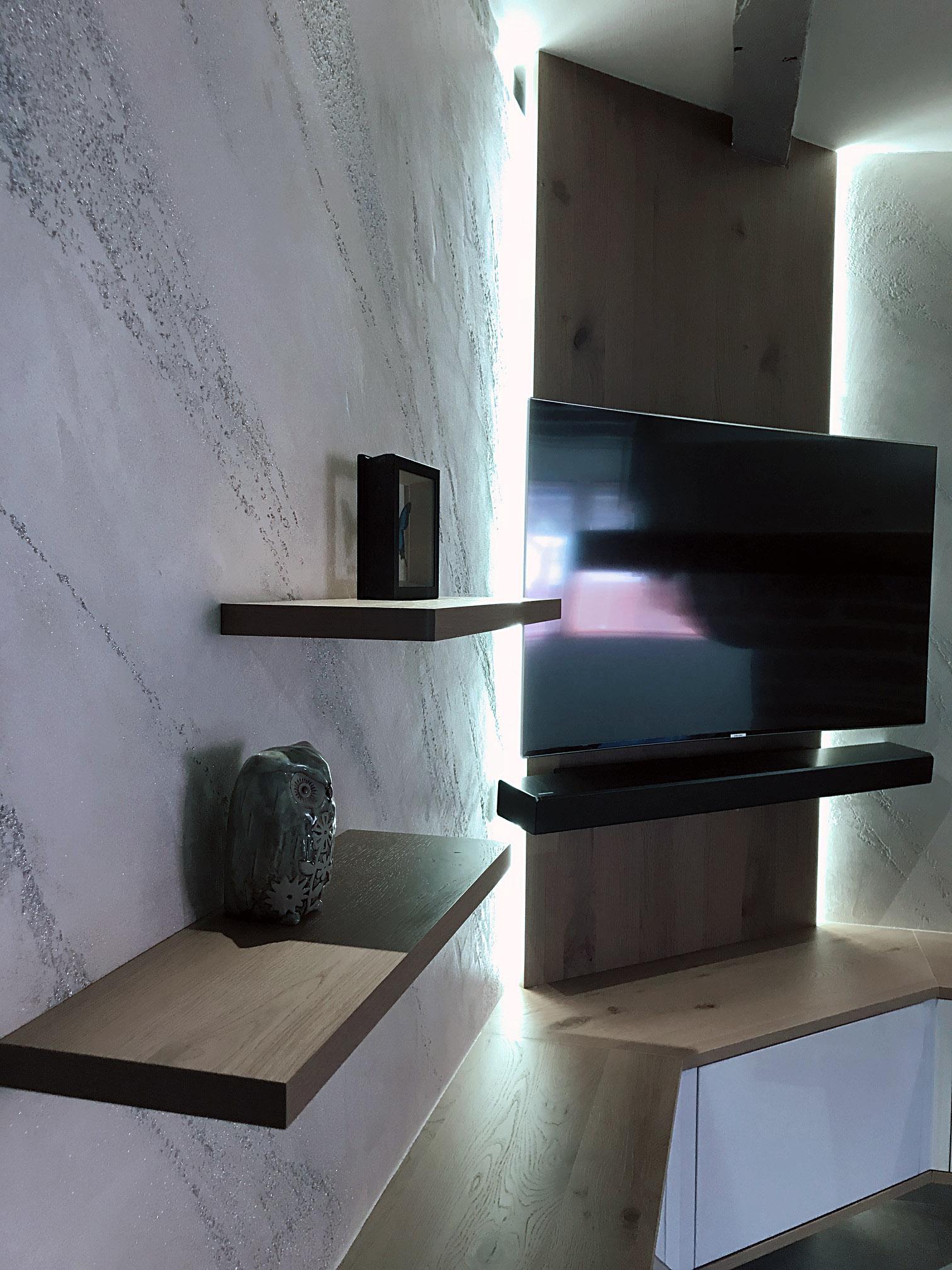 Tablettes en chene dans le coin salon. Mur effet design Istinto, enduit à la chaux et peint