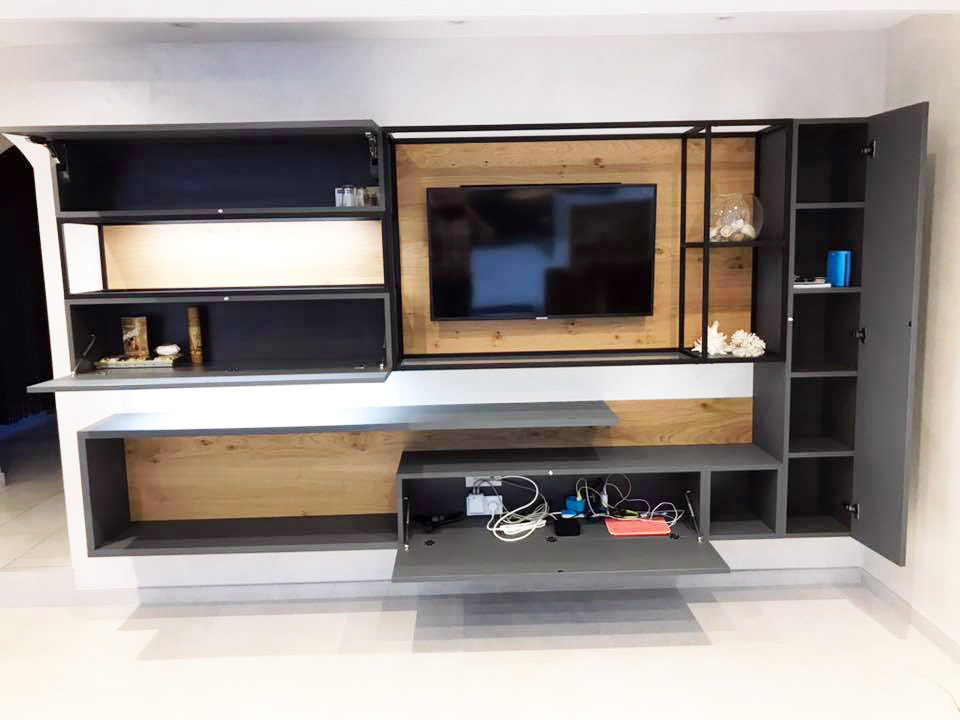Meuble télévision avec placards et niche ouverte encadré d'acier